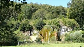 参观石灰华瀑布Dreinmuehlen engl的人们 在诺恩的三个磨房在沃尔坎火山埃菲尔山地区德国 股票视频