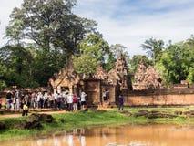 参观砂岩寺庙的游人在柬埔寨 免版税库存图片