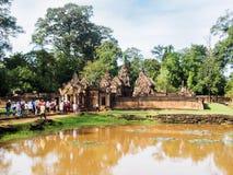 参观砂岩寺庙,柬埔寨的游人 免版税库存图片