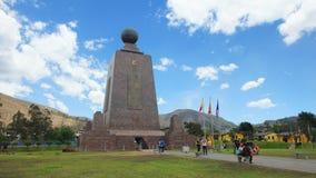 参观纪念碑的游人对世界的中部近市基多 免版税库存图片