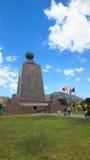 参观纪念碑的游人对世界的中部近市基多 图库摄影