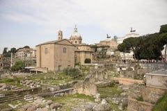 参观罗马广场的游人 免版税图库摄影