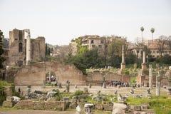 参观罗马广场的游人 免版税库存照片