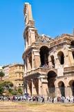 参观罗马罗马斗兽场的废墟的人们在中央罗马 库存图片