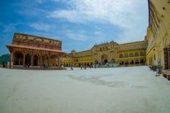 参观美丽的老宫殿,琥珀色的堡垒的某些游人,位于阿梅尔,拉贾斯坦,印度 阿梅尔是有的一个镇 库存照片