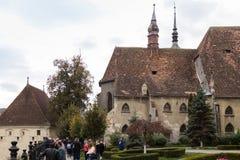 参观老城市的城堡游人在Sighisoara市在罗马尼亚 库存图片