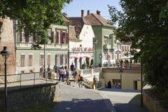 参观老镇锡比乌罗马尼亚的游人 库存照片