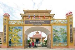 参观胡志明总统纪念复合体的游人在泰国越南友谊村庄在Baan Na Chok, Nakhon帕侬 免版税库存照片