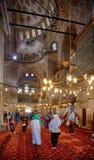参观苏丹阿哈迈德清真寺(蓝色清真寺)的游人,是 免版税库存照片