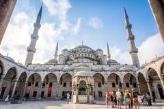 参观苏丹Ahmet清真寺或蓝色Mosqu的庭院游人 库存照片