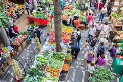 参观菜市场梅尔卡多dos Lavradores的Tourits在丰沙尔,马德拉岛海岛 免版税库存图片