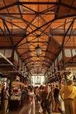 参观著名圣米格尔市场的游人在马德里,西班牙 免版税库存图片