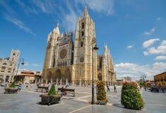 参观著名地标利昂市大教堂的游人 免版税库存图片