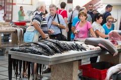 参观著名梅尔卡多dos Lavradores的鱼市的2014年5月02日的游人在丰沙尔,马德拉岛首都 免版税库存照片