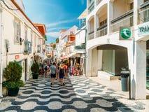 参观街市卡斯卡伊斯市的游人位于葡萄牙语和主要旅游胜地的一个世界性中心里维埃拉 图库摄影