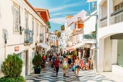 参观街市卡斯卡伊斯市的游人位于葡萄牙语和主要旅游胜地的一个世界性中心里维埃拉 免版税图库摄影