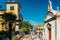 参观街市卡斯卡伊斯市的游人位于葡萄牙语和主要旅游胜地的一个世界性中心里维埃拉 库存照片