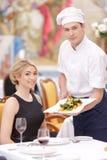 参观豪华餐馆的有吸引力的夫妇 免版税库存照片