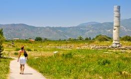 参观赫拉神庙, Pithagorio,萨莫斯岛的少妇 库存图片