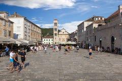 参观赫瓦尔岛镇,克罗地亚的游人 免版税库存照片