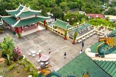 参观道士寺庙的人们,宿务市,菲律宾 免版税库存照片