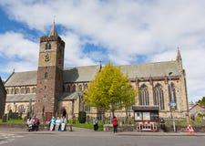 参观邓布兰大教堂苏格兰英国的人们 库存照片