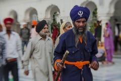 参观金黄寺庙的锡克教徒和印地安人民在阿姆利则,旁遮普邦,印度 免版税库存图片