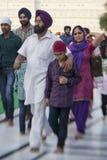 参观金黄寺庙的锡克教徒和印地安人民 库存照片