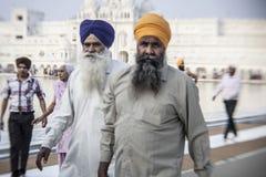 参观金黄寺庙的锡克教徒和印地安人民 图库摄影