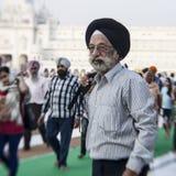 参观金黄寺庙的锡克教徒和印地安人民 免版税图库摄影