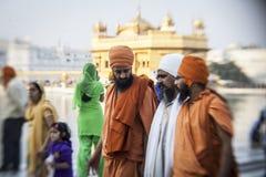 参观金黄寺庙的锡克教徒和印地安人民 免版税库存图片