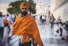参观金黄寺庙的锡克教徒和印地安人民 免版税库存照片
