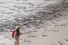 参观韩国亭子的女孩在商展2015年在米兰,意大利 免版税库存照片