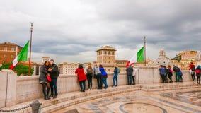 参观维克托伊曼纽尔纪念碑的游人在罗马 免版税库存照片