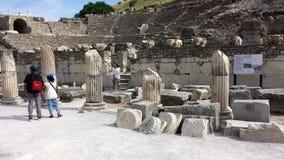参观以弗所,土耳其古城的游人 免版税库存图片
