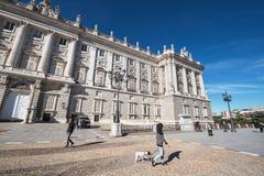参观2016年11月13日的人们王宫在马德里,西班牙 免版税库存图片