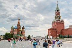 参观2013年7月13日的游人红场在莫斯科,鲁斯 免版税库存图片