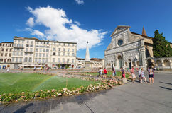 参观2013年8月17日的游人著名Basillica圣玛丽亚中篇小说在佛罗伦萨,意大利 免版税库存图片