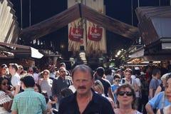 参观主要市场的游人在巴塞罗那 图库摄影