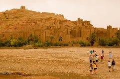 参观ait本haddou的游人在摩洛哥 免版税库存图片