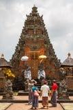 参观Batuan寺庙的游人 图库摄影