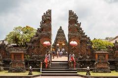 参观Batuan寺庙的游人 免版税库存图片