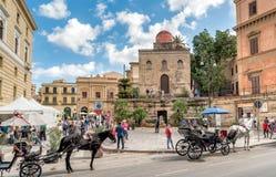 参观Bellini广场和圣Cataldo教会在巴勒莫的中心的游人 免版税图库摄影