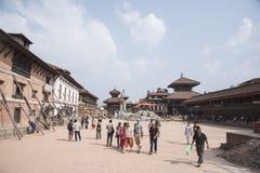 参观bhaktapur durbar正方形的游人 库存图片