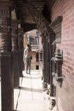 参观bhaktapur durbar正方形的游人 图库摄影