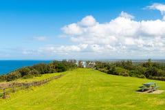 参观Crowdy头灯塔,在福尔斯特和港Macquarie之间的陆岬的人们,在新南威尔斯,澳大利亚 图库摄影