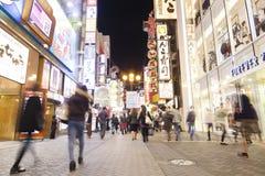 参观Dotonbori的游人在大阪,日本 免版税库存照片
