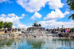 参观Gefion喷泉,扎线女神驾驶的一个小组的游人动物图Gefjon,哥本哈根,丹麦 库存照片