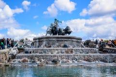 参观Gefion喷泉,扎线女神驾驶的一个小组的游人动物图Gefjon,哥本哈根,丹麦 免版税图库摄影