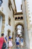 参观Marisel de 3月博物馆的游人在锡切斯,西班牙 库存图片